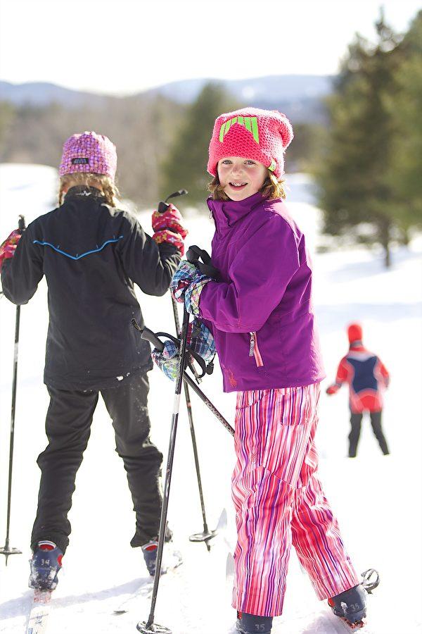 参加雪地健行的西人儿童。(Okemo滑雪渡假村提供)
