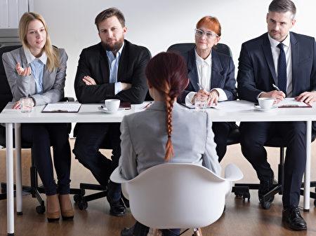 求职者接到面试通知,既兴奋又紧张,深怕搞砸。(Fotolia)