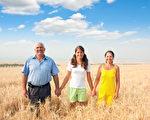 研究發現,走出戶外、接近大自然,可以增進人們的快樂感。(Fotolia)