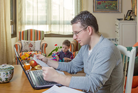 聯合國國際勞工組織的研究顯示,遠距離工作雖然有其優點,但也會導致員工的工時和壓力增加。圖為一名在家上班的男子。(Fotolia)