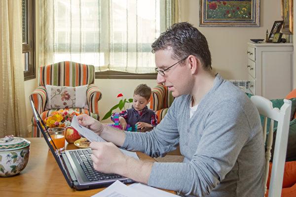 联合国国际劳工组织的研究显示,远距离工作虽然有其优点,但也会导致员工的工时和压力增加。图为一名在家上班的男子。(Fotolia)