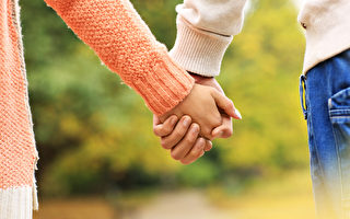 美国堪萨斯大学的研究发现,情侣之间能共享幽默感,可增进彼此之间的关系。图为一对情侣牵着手在公园散步。(Fotolia)