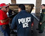 白宫计划周二(2月21日)宣布展开大规模执法行动,聘雇数千名人员,加速递解非法移民程序。(Scott Olson/Getty Images)