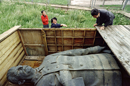蒙古1990年移除了位於首都烏蘭巴托市中心國家圖書館前斯大林塑像。 (CATHERINE HENRIETTE/AFP/Getty Images)