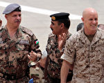 2013年退役的美國退役海軍上將哈沃婉拒川普邀請他擔任國家安全顧問一職。圖為2012年哈沃(右)與約旦王子(左)及美國陸軍少將阿德曼(中)在聯合軍演現場。(KHALIL MAZRAAWI/AFP/GettyImages)
