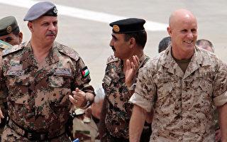 2013年退役的美国退役海军上将哈沃婉拒川普邀请他担任国家安全顾问一职。图为2012年哈沃(右)与约旦王子(左)及美国陆军少将阿德曼(中)在联合军演现场。(KHALIL MAZRAAWI/AFP/GettyImages)