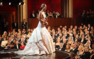 2013年2月24日,史上最年轻奥斯卡影后詹妮弗‧劳伦斯在台上发表了一番率真可爱的感言。(Kevin Winter/Getty Images)(TIMOTHY A. CLARY/AFP/Getty Images)