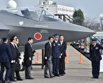 美国总统川普于2017年2月18日表示,他与美国武器制造商交涉后,对方同意对F-35战机降价,美国与盟国都将受益,安倍并针对此事向他表达感谢。本图为2014年10月26日,安倍视察日本空军基地内的F-35战机。(KAZUHIRO NOGI/AFP/Getty Images)