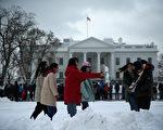 """当北京遇上华府,这九个问题是""""雷区""""。图为在白宫前的中国游客。(Alex Wong/Getty Images)"""