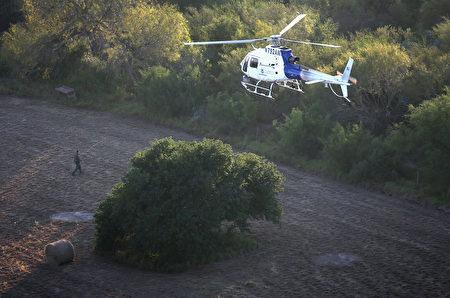 空中巡逻警员。(John Moore/Getty Images)