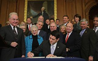 """一份被泄漏的美国国会众议院""""讨论草案""""不仅揭示了替代奥巴马医保的重要细节,而且也揭示了国会计划对医疗补助计划进行改革。图为1月7日,议长瑞安(中)在部分共和党议员见证下,签署废除奥巴马医保法案。(Chip Somodevilla/Getty Images)"""