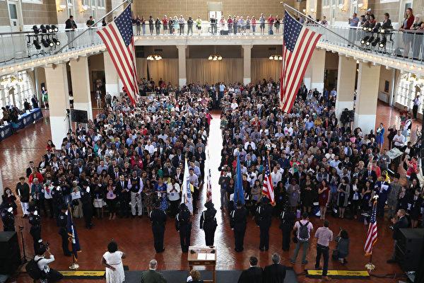 全球移民人數最多、也是移民匯款最大的國家美國排名第七。圖為去年9月在紐約的入籍儀式。(John Moore/Getty Images)