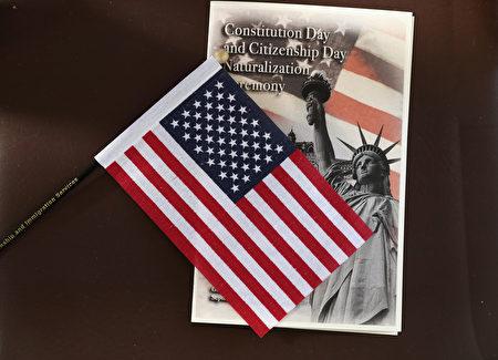 依行政令草案,美国将严格落实公共负担规定,加强审核绿卡申请人的资格。(John Moore/Getty Images)