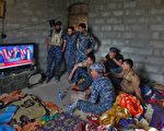 2月9日晚,川普與伊拉克總理阿巴迪通話,交流有關聯合打擊伊斯蘭國等恐怖組織的計劃以及有關移民禁令為伊拉克民眾帶來的影響。圖為2016年11月9日,伊拉克士兵在營地觀看川普當選總統後發表勝選感言。 (AHMAD AL-RUBAYE/AFP/Getty Images)