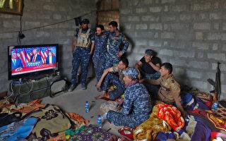 2月9日晚,川普与伊拉克总理阿巴迪通话,交流有关联合打击伊斯兰国等恐怖组织的计划以及有关移民禁令为伊拉克民众带来的影响。图为2016年11月9日,伊拉克士兵在营地观看川普当选总统后发表胜选感言。 (AHMAD AL-RUBAYE/AFP/Getty Images)
