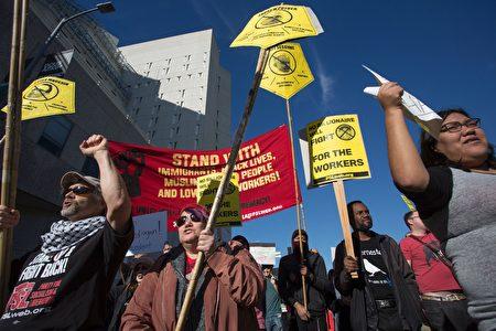 去年川普當選總統後,洛杉磯移民舉行抗議遊行。(DAVID MCNEW/AFP/Getty Images)