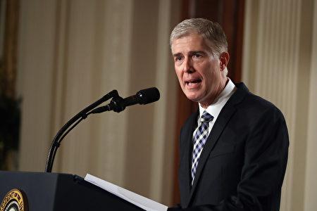 2017年1月31日,川普提名第十巡回法庭法官 尼尔.戈萨奇(Neil Gorsuch)为大法官。(Chip Somodevilla/Getty Images)