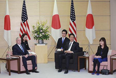 日本安倍首相2月3日接见美国防部长马蒂斯。 (EUGENE HOSHIKO/AFP/Getty Images)