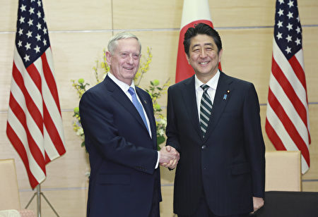 日本首相安倍3日会见美国防部长马蒂斯(左)。(EUGENE HOSHIKO/AFP/Getty Images)