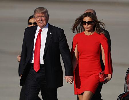 川普和梅蘭妮亞搭飛機抵達佛州棕櫚灘。(Photo by Joe Raedle/Getty Images)