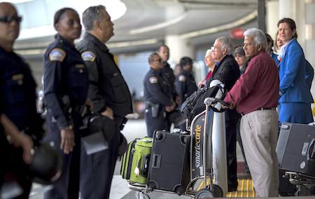 川普(特朗普)的移民限制令被暂停后,已获得签证的移民争相搭机赴美。图为洛杉矶国际机场。 (David McNew/Getty Images)
