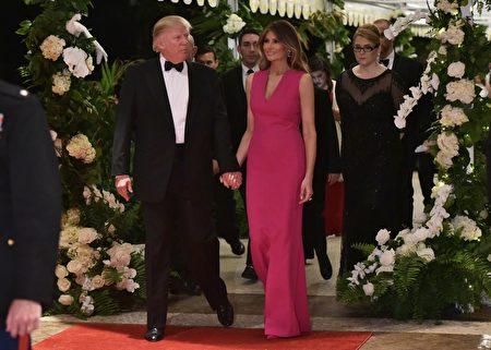 川普和第一夫人週末在佛羅里達馬爾拉歌莊園度過,2月4日,他們參加了一年一度的紅十字會晚會。 (Photo credit should read MANDEL NGAN/AFP/Getty Images)