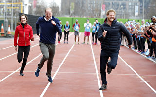 2017年2月5日,威廉王子、凱特王妃和哈里王子一起參加了Heads Together慈善項目馬拉松比賽訓練日的活動,三人進行百米短跑比賽。哈里王子第一個衝刺,凱特跑第三。(Alastair Grant - WPA Pool/Getty Images)