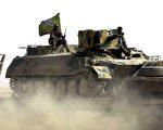 "2月5日,叙利亚反抗军""叙利亚民主力量""(Syrian Democratic Forces)在IS首都拉卡的东北部地区推进。(DELIL SOULEIMAN/AFP/Getty Images)"