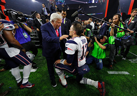 HOUSTON, TX - FEBRUARY 05: Tom Brady #12 of the New England Patriots celebrates with Patriots owner Robert Kraft after the Patriots defeat the Atlanta Falcons 34-28 in overtime of Super Bowl 51 at NRG Stadium on February 5, 2017 in Houston, Texas. (Photo by Kevin C. Cox/Getty Images)
