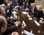 美国总统川普7日邀请来自全美的部分警长代表访问白宫。他表示美国政府未来将严惩毒品犯罪。(SAUL LOEB/AFP/Getty Images)