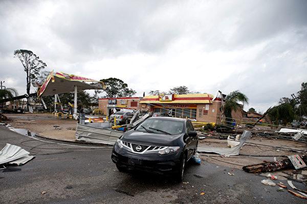 2017年2月7日,新一輪的冬季風暴再次襲擊美國大部分州。圖為i南部路易斯安那州的新奧爾良地區遭受龍捲風襲擊後,一輛車停在一個受損的加油站前。(Sean Gardner/Getty Images)
