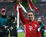 作為第500次為拜仁出戰的球員,隊長菲利普·拉姆(Philipp Lahm)獲得了一大束鮮花,而他提前結束球員生涯的決定讓足壇震驚。(Alex Grimm/Bongarts/Getty Images)