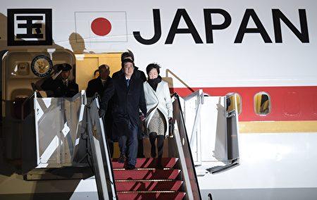 日本首相安倍和夫人9日晚间抵美。(BRENDAN SMIALOWSKI/AFP/Getty Images)