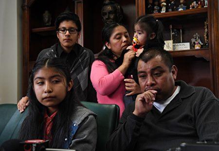 墨西哥移民Mario Vargas和妻子女兒9日在律師辦公室等待遞解聽證。他們因女兒曾被教皇接見討論關於Mario可能被遞解的問題而受到媒體關注。 (MARK RALSTON/AFP/Getty Images)