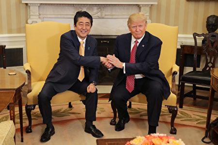 川普和安倍在白宫会面。(Chip Somodevilla/Getty Images)