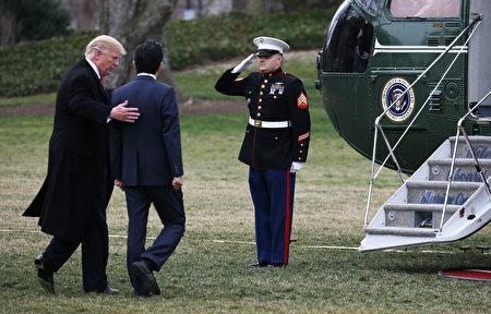 10日下午,川普和安倍出发前往佛州。(Mario Tama/Getty Images)