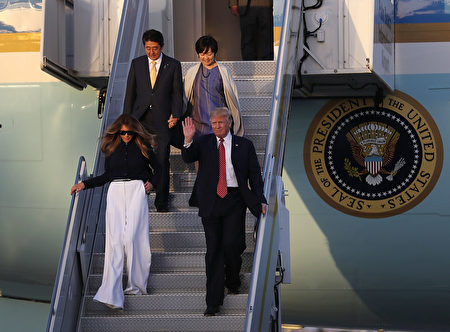 川普夫妇及安倍夫妇抵达佛州。(Joe Raedle/Getty Images)