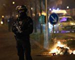 2017年2月11日,法國數千名示威者聚集巴黎東北郊區博比尼,抗議4名警察於2日對22歲的非裔青年帝歐尼暴力執法。示威後來變成焚車、砸毀公共設施和搶劫的騷動。(PATRICK KOVARIK/AFP/Getty Images)