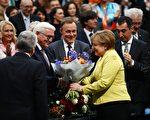 德國前外長施泰因邁爾(左二)第一輪投票就獲得931票,他將成為德國第12屆總統。圖為總理默克爾向他表示祝賀。(ODD ANDERSEN/AFP/Getty Images)