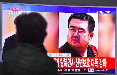 马来西亚媒体19日说,金正男遇刺案的4名朝鲜嫌犯,在4天内途经3国,最终逃回了朝鲜。图为韩国一男子观看电视播报金正男遇刺的消息。(JUNG YEON-JE/AFP/Getty Images)