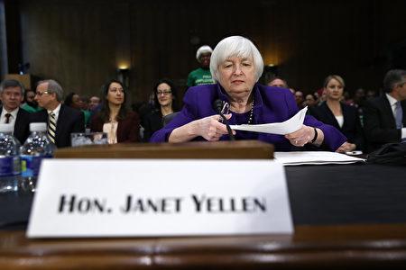"""美联储主席耶伦14日出席国会听证会时表示,在经济持续增长及通货膨胀上升之际,如果拖延升息时机,将是""""不明智的""""决定。(Win McNamee/Getty Images)"""