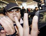 这张拍摄于2007年2月11日的照片显示,一名据信为金正男的男子到达北京国际机场时,穿行在一群记者中。(JIJI PRESS/AFP/Getty Images)