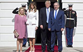 美国总统川普(特朗普)15日在白宫接见以色列总理及夫人,第一夫人梅兰妮亚身着白色套装,首度和川普并肩站在白宫大门迎接贵宾,成为关注的焦点。(Andrew Harrer-Pool/Getty Images)