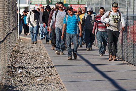 """美国国土安全部2月21日公布二项备忘录,其中一项系针对在美国境内的非法移民,执行""""加强美国境内公共安全""""总统行政命令。(JIM WATSON/AFP/Getty Images)"""