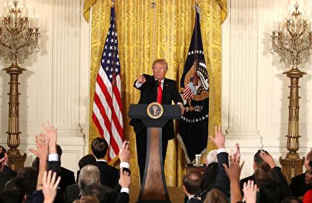 川普16日召开记者会,并破例开放记者提问。(Mark Wilson/Getty Images)