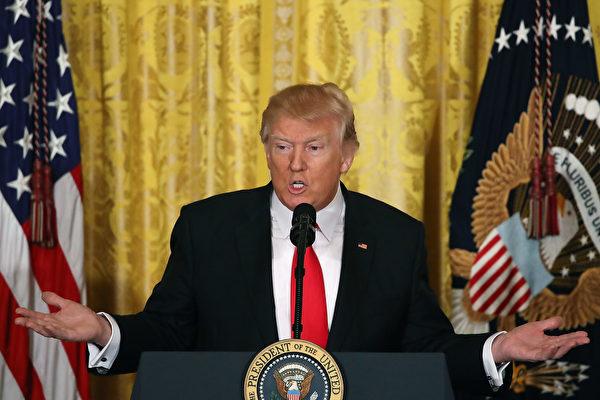 美国总统川普(特朗普)16日中午在白宫举行记者会,说明他上任四周所完成的任务,并预告下周将宣布重大事项,包括新的移民行政命令。(Mark Wilson/Getty Images)