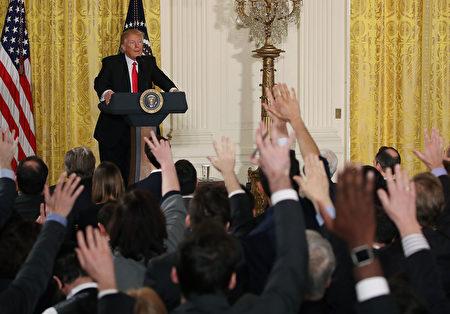 记者把握机会,踊跃提问。(Mark Wilson/Getty Images)