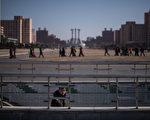 朝鲜领导人金正恩的长兄金正男于13日在马来西亚遭到毒杀后,美国国会要求再次将朝鲜加入到支持恐怖主义国家的黑名单。图为朝鲜平壤正在庆祝金正日诞辰75周年。  (ED JONES/AFP/Getty Images)