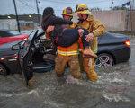 加州17日迎來多來來首見的強烈暴風雨,南加州首當其衝,洪水淹沒高速公路,至少5人遇難。(David McNew/Getty Images)