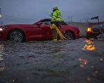 经历多年的干旱之后,加州大部分地区近期都遭受了强风暴雨的洗刷,不少车辆因为道路被淹而抛锚,等待紧急救援人员的帮助。 (David McNew/Getty Images)